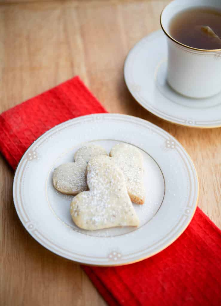 Cinnamon Apple Spice made with four ingredients including tea leaves; which add a Autumn twist to your favorite shortbread cookie.