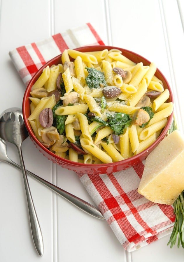 Penne pasta tossed with fresh baby spinach, cremini mushrooms & Kalamata olives, white wine and grated Pecorino Romano cheese.