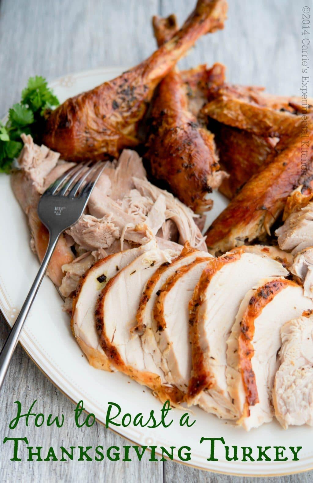Est-ce la première fois que vous préparez le dîner de Thanksgiving?  Rassurez-vous, rôtir une dinde est un jeu d'enfant!  Lisez la suite pour obtenir des conseils sur l'achat, la décongélation, la préparation, la cuisson et la découpe d'une dinde, y compris une recette de dinde rôtie au beurre et aux herbes et une sauce maison.