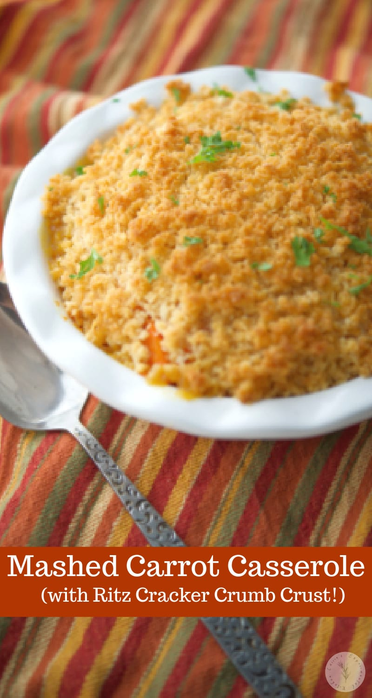Casserole de purée de carottes faite avec des carottes fraîches, du beurre, du sirop d'érable et de la cassonade garnie d'une garniture de biscuits Ritz au beurre.