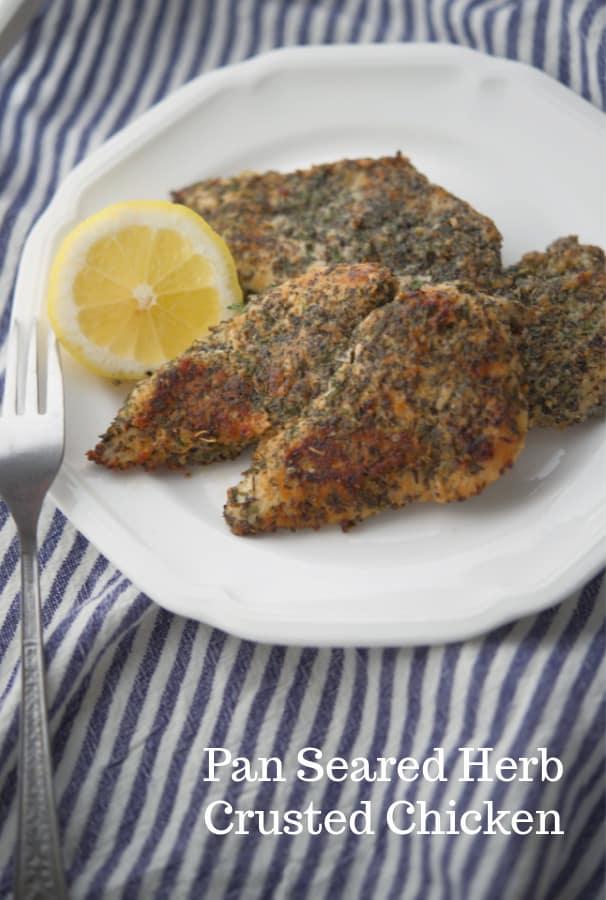 Poitrine de poulet désossée draguée aux herbes et épices;  puis poêlé dans de l'huile d'olive extra vierge en fait un repas de semaine rapide, facile et délicieux.