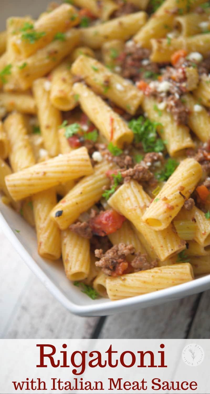 Les pâtes Rigatoni mélangées à un mirepoix de légumes et d'épices dans une sauce à la viande de tomates rôties au feu constituent le repas rapide parfait en semaine.